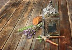 葡萄酒东方灯、贤哲和迷迭香在木桌。静物画概念。艺术。 库存图片