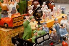 葡萄酒中国共产党领导瓷小雕象在古色古香的市场贸易商的 免版税图库摄影