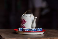 葡萄酒中国茶壶和茶杯在木桌,中国茶上 免版税库存图片