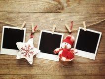 葡萄酒为在木板背景的圣诞节装饰的照片框架与您的文本的空间 免版税库存图片