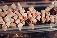 葡萄酒乐透纸牌小桶堆,数字,选择聚焦 图库摄影