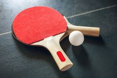 葡萄酒乒乓球球拍和球在老桌上 库存照片