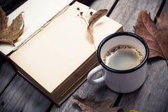 葡萄酒书、被编织的毛线衣有秋叶的和咖啡杯 免版税图库摄影
