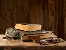 葡萄酒书、玻璃和手表 免版税库存图片