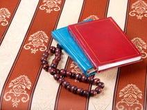葡萄酒书和小珠在织品背景 图库摄影