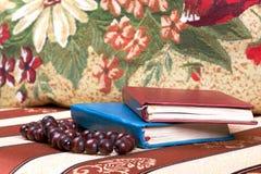 葡萄酒书和小珠在织品背景 库存照片