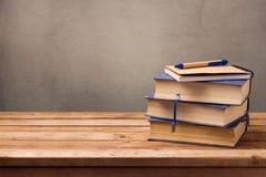 葡萄酒书和笔记本在木桌上 库存图片