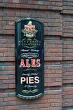 葡萄酒从更加充分的` s强麦酒和饼议院的广告标志在伦敦,英国 免版税库存照片