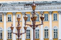 葡萄酒以老崩溃的建筑学为背景的街灯 免版税库存图片