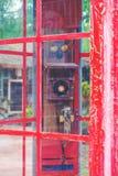 葡萄酒传统红色老电话亭 免版税库存照片