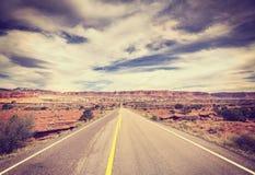 葡萄酒传统化了一条风景沙漠路的图片 免版税库存照片