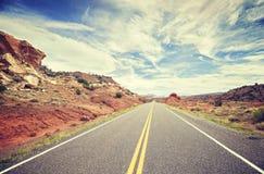葡萄酒传统化了一条风景沙漠路的照片,美国 免版税库存照片