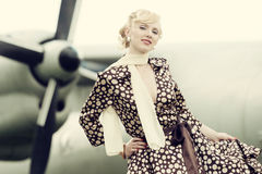 葡萄酒传统化了秀丽女孩和飞机照片  库存照片