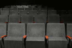 葡萄酒位子在电影院空的观众席 免版税库存图片