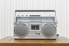 葡萄酒便携式的转臂箱样式收音机卡式磁带播放机 图库摄影