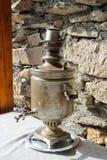 葡萄酒俄国式茶炊盘子,俄国传统 免版税图库摄影