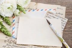 葡萄酒信件、墨水和笔 白色波斯毛茛花 库存照片