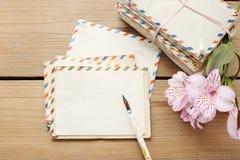 葡萄酒信件、笔和桃红色德国锥脚形酒杯包裹开花 库存照片
