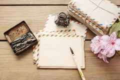 葡萄酒信件、笔和桃红色德国锥脚形酒杯包裹开花 图库摄影