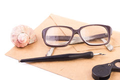 葡萄酒信件、笔和玻璃在白色 免版税图库摄影