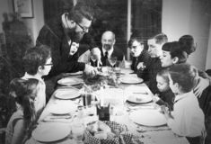 葡萄酒假日土耳其晚餐的家庭汇聚 免版税库存照片