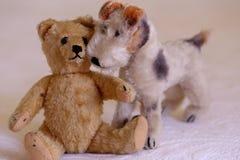 葡萄酒充塞了玩具熊和狐狸狗玩具 免版税库存照片