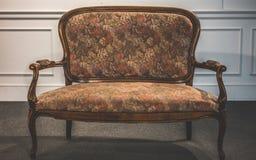 葡萄酒典雅的坐垫扶手椅子家具 免版税库存图片