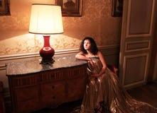 葡萄酒内部的美丽的夫人 免版税库存照片