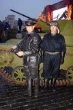 葡萄酒军用衣裳的两个人在红场在莫斯科 免版税图库摄影