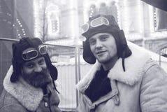 葡萄酒军用衣裳的两个人在红场在莫斯科 图库摄影