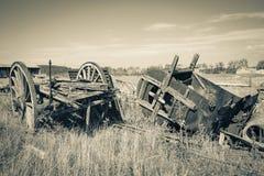 葡萄酒农场设备-老运输车和一台老干草打包机 免版税库存照片