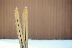 葡萄酒冬天滑雪技巧 免版税库存照片