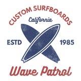 葡萄酒冲浪的发球区域设计 减速火箭的T恤杉图表和象征网或印刷品的 冲浪者,海滩样式商标 海浪徽章 皇族释放例证