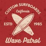 葡萄酒冲浪的发球区域设计 减速火箭的T恤杉图表和象征网络设计或印刷品的 冲浪者,海滩样式商标设计 库存例证