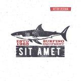 葡萄酒冲浪的商店徽章设计 海浪齿轮网络设计或印刷品的商店象征 减速火箭的鲨鱼商标设计 海浪 库存照片