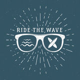 葡萄酒冲浪的图表和象征网络设计或印刷品的 冲浪者,海滩样式商标设计 玻璃海浪徽章 免版税库存图片