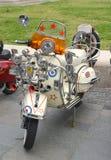 葡萄酒减速火箭的大黄蜂类小型摩托车 免版税库存照片