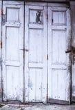 葡萄酒减速火箭的家庭内部建筑设计,年迈的简单老退了色白色色的被绘的被风化的织地不很细木镶板 免版税库存照片