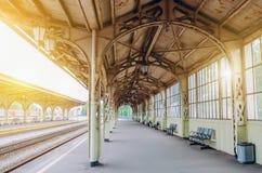葡萄酒减速火箭的平台乘客火车站 会议,等待的概念,看见旅行的人 库存图片
