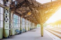 葡萄酒减速火箭的平台乘客火车站 会议,等待的概念,看见旅行的人 免版税库存照片