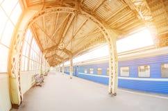 葡萄酒减速火箭的平台乘客火车站 会议,等待的概念,看见旅行的人 免版税库存图片
