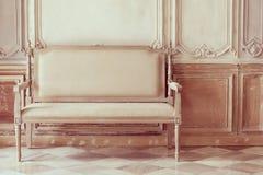 葡萄酒减速火箭的椅子 免版税库存图片