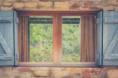 葡萄酒减速火箭的被打开的窗口有绿色自然本底 免版税库存照片