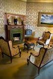 葡萄酒减速火箭的维多利亚女王时代的豪宅客厅abd壁炉 免版税库存图片