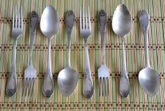 葡萄酒匙子和叉子在竹餐巾 库存照片