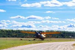 葡萄酒单引擎的双翼飞机航空器 免版税库存图片