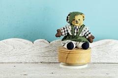 葡萄酒单独玩具熊玩具在白色木桌上 免版税图库摄影