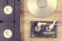 葡萄酒卡式磁带和一张光盘 免版税图库摄影