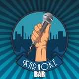 葡萄酒卡拉OK演唱酒吧海报 拿着在拳头的手一个话筒 库存图片