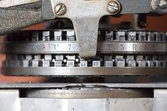 葡萄酒卡箍标记制造商机器的细节 免版税库存照片